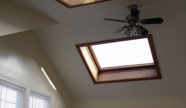 1180px-Velux_GGL-7_Center-Pivot_Roof_Window,_1986_Model