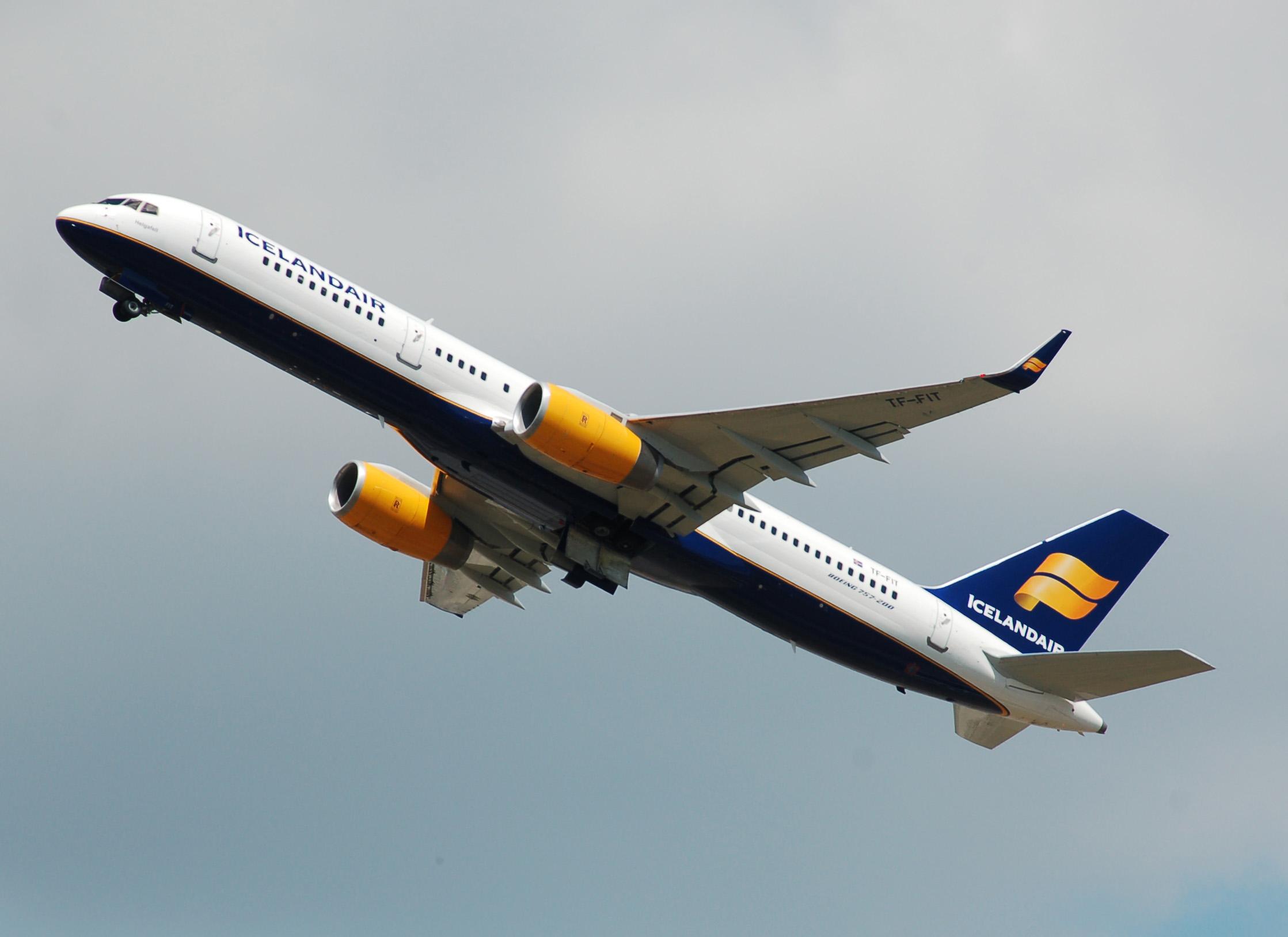 Icelandair_Boeing_757-200_(TK-FIT)_departs_London_Heathrow_Airport_2ndJuly2014_arp